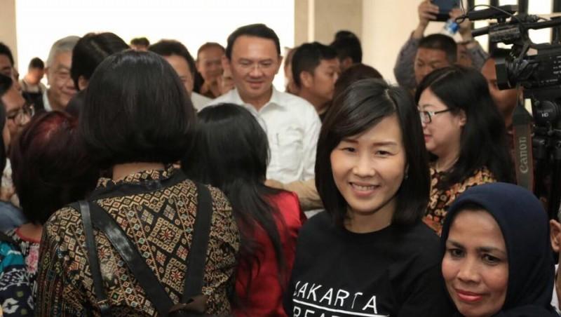 Veronica Tan menemani aktivitas Ahok