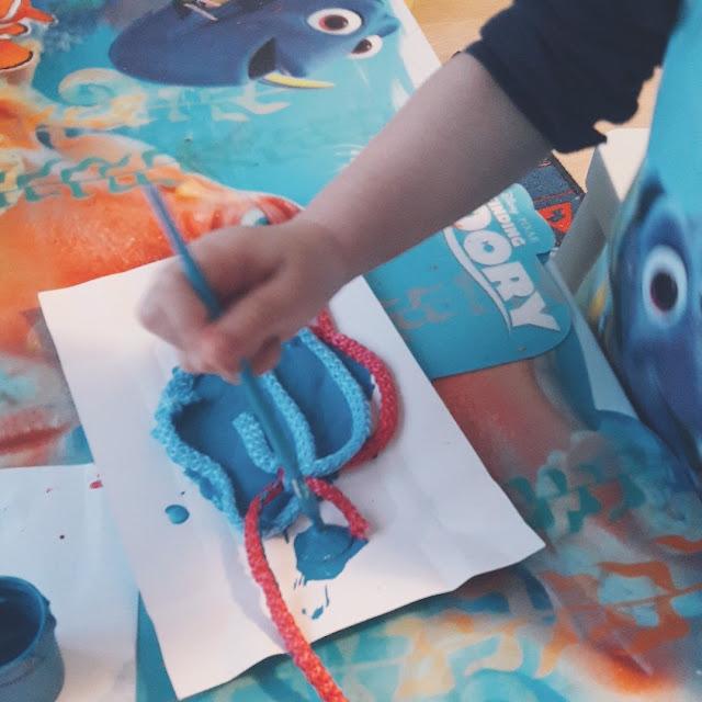 malujemy sznurek farbami