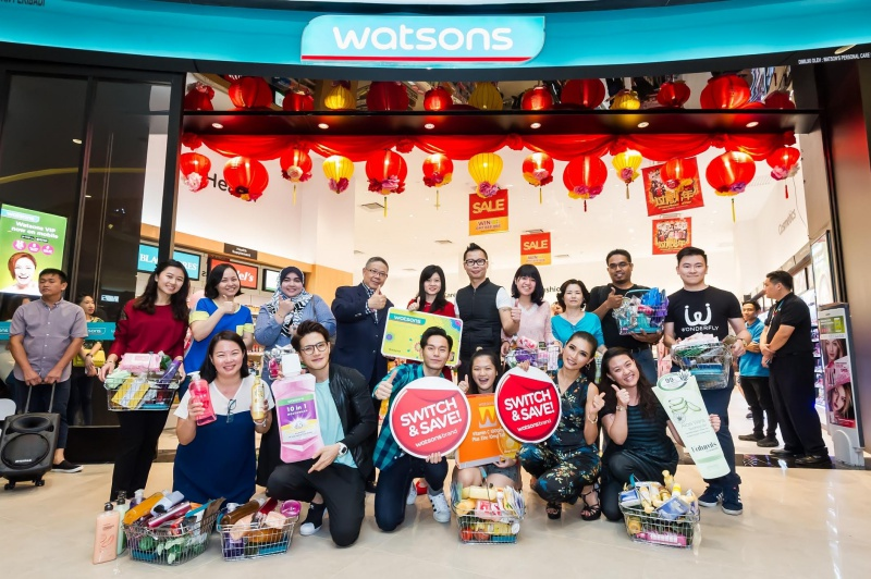 Caryn Loh, General Manager & Country Head of Watsons Malaysia (5th from left) | Danny Hoh, Customer Director of Watsons Malaysia (5th from right) | KS Wong, Senior General Manger of Sunway Velocity Mall (4th from left) together with celebrity friends and Watsons VIP Members after the shopping spree