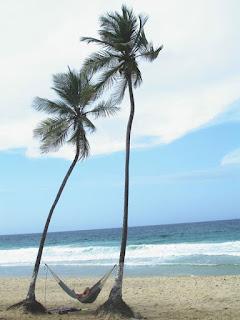 Tomar el sol en la playa con protección