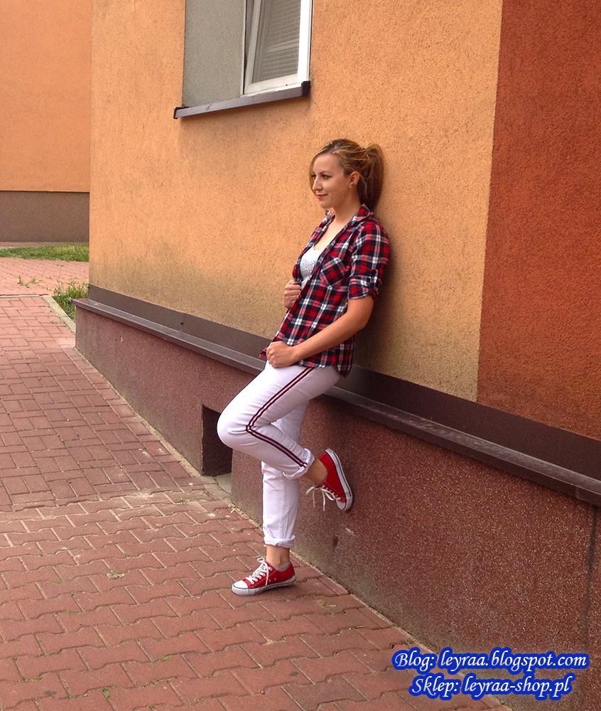 Białe spodnie z czerwonym lampasem, czerwone trampki, szara bokserka z dżetami, czerwona koszula w kratkę
