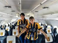 Aeromoça Ximena Suarez e colega no avião da LaMia Bolívia
