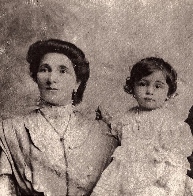 Guilherme Santos Neves ao colo de sua mãe, D. Albina.
