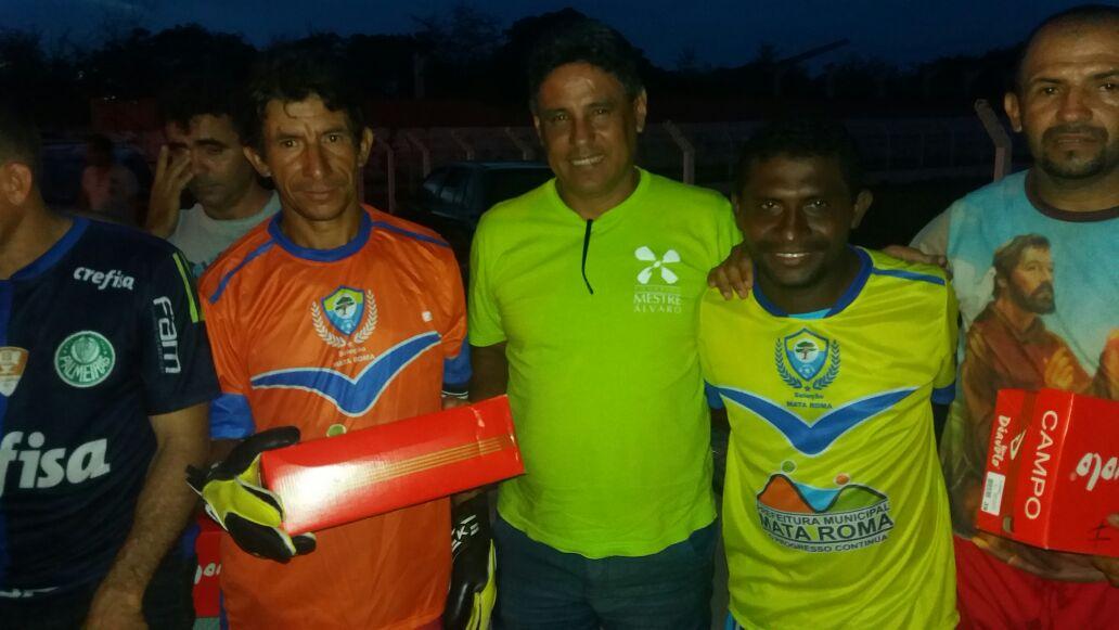Prefeito Bode entrega novo uniforme a Seleção de Mata Roma para participar do Copão do Baixo Parnaíba.