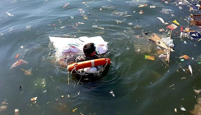 Salut! Prajurit TNI AL Lomba Renang Sambil Pungut Sampah Laut
