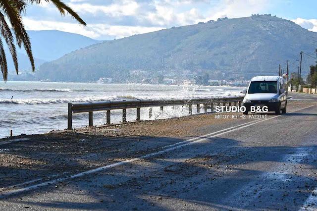 Κίνδυνος για τους οδηγούς από πέτρες που έβγαλε η θάλασσα στην παραλιακή Νέας Κίου - Μύλων (βίντεο)