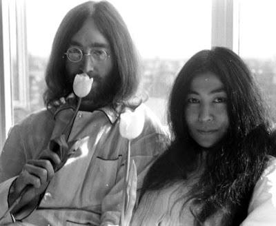 Foto de John Lennon con el amor de su vida