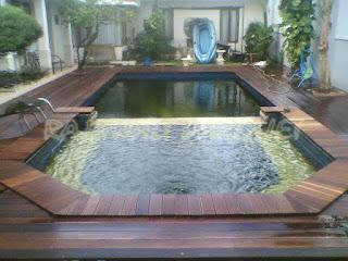 Pemasangan decking kayu untuk area kolam