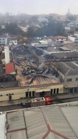 Incêndio destrói centro de eventos e deixa ao menos uma pessoa morta em Irati