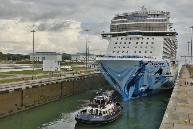 Норвезький лайнер став найбільшим пасажирським човном, що перетнув Панамський канал
