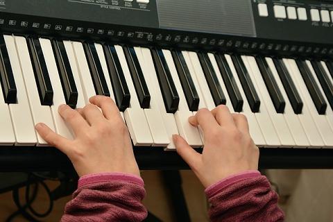 Tocando teclado com duas mãos