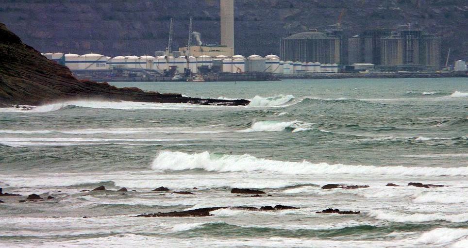 petronor visto desde la playa de sopelana