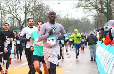 Lari adalah olahraga yang cukup mudah dilakukan