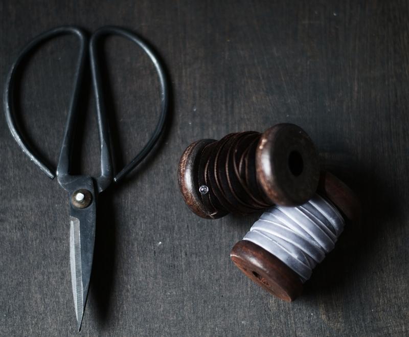 Blog + Fotografie by it's me! - alte Schere und Garnspulen mit Samtbändern
