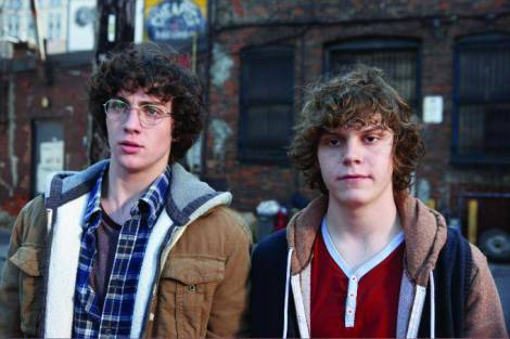AARON TAYLOR (IQDA.) Y EVAN PETERS EN KICK-ASS