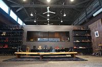 オレゴン本社と同じようにショールームから工房が見られるようガラス1枚が壁に象られている。