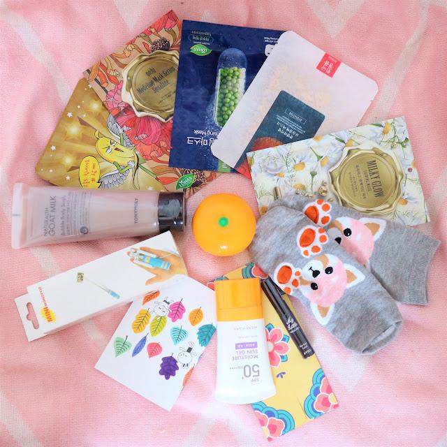 Ensemble du contenu de la box Ma Petite Corée, comprenant des objets kawaii et des produits K-Beauty.