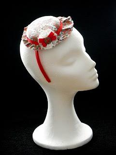 Sombrerito a flores en rojo, blanco y marrón. Agradecimientos