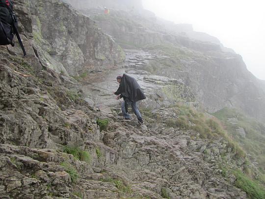 Próg skalny ubezpieczony łańcuchami i klamrami.