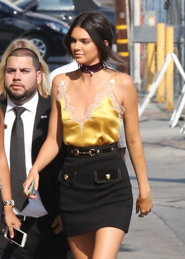 Kendall Jenner invests in look sexy on tv show
