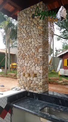Execução de revestimento com pedras do rio nos pilares de concreto em residência em Itatiba-SP.