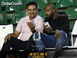 Sergio Raphael dos Anjos con su representante en el partido entre Oriente Petrolero y Guabirá - DaleOoo