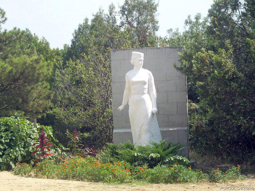 Памятник Софье Перовской в Любимовке, возле усадьбы Перовских