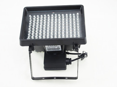 Cold lights memiliki harga yang cukup mahal karena bahan lampunya yang tidak panas ketika dinyalakan (LED)