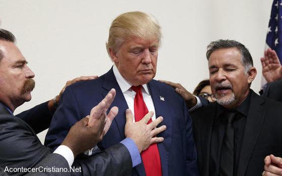 Pastores orando por Donald Trump
