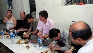 kelima WNA Irak ini ditangkap petugas imigrasi dari sejumlah kawasan villa puncak indah