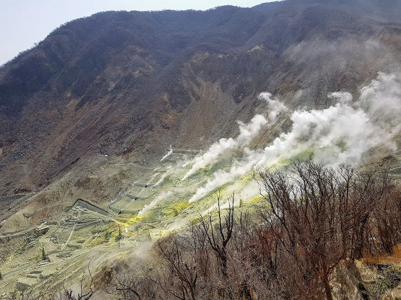 大湧谷持續噴發的蒸氣