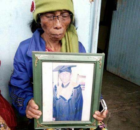 Tiarama Rajagukguk saat memegang foto anaknya.