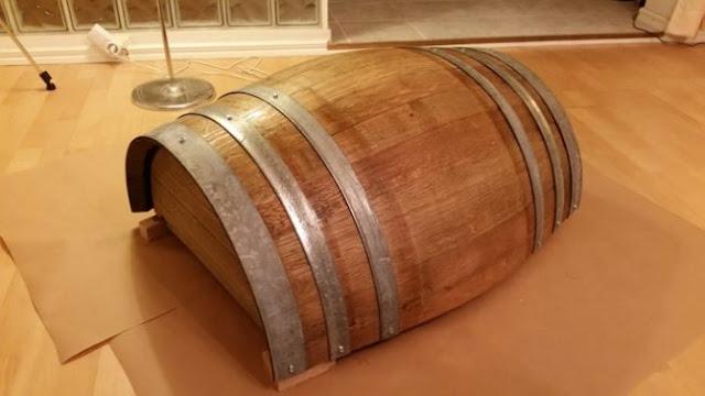 Αυτός ο Άντρας Μετάτρεψε ένα Παλιό Βαρέλι Κρασιού σε Κάτι που όλοι θα Θέλαμε στο Σαλόνι μας.
