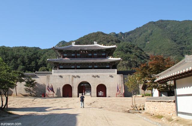 Gran puerta de set de rodaje de dramas en Mungyeong