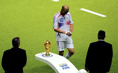 Biografi Zinedine Zidane        Biodata   Nama lengkap : Zinedine Yazid Zidane  Nama Panggilan : Zizou  Lahir : Marseille, Perancis, 23 Juni 1972  Posisi : Gelandang Menyerang  Biografi  Zinedine Yazid Zidane (lahir di Marseille, Perancis, 23 Juni 1972), dengan nama panggilan Zizou adalah seorang pemain sepak bola Perancis keturunan Aljazair. Posisinya adalah gelandang menyerang. Ia memulai karir sebagai pemain di klub AS Cannes dan kemudian bermain di Girondins Bordeaux, Juventus, dan terakhir di Real Madrid. Ia pensiun dari sepak bola klub pada tahun 2006 dan pensiun dari tim nasional sepak bola Perancis setelah Piala Dunia 2006.  Setelah penampilan Zidane di Piala Dunia 1998 dan Piala Eropa 2000, tidak sedikit publik sepak bola yang menganggapnya sebagai pemain terbaik di dunia. Kelebihan dan keahliannya melakukan dribbling dan penguasaan bola, mempersulit pemain lawan untuk merebut bola darinya. Zidane memiliki empat anak, hasil pernikahannya dengan Véronique Zidane (kelahiran Lentisco), seorang mantan pedansa Perancis dan model Spanyol.  Zizou dilahirkan di Marseille dan dibesarkan di La Castellane. Walaupun lahir di Marseille, Zizou belum pernah bermain untuk Olympique de Marseille. Karir Zizou dimulai pada usia 14 tahun, bakat anak imigran Aljazair ini ditemukan oleh seorang pencari bakat dan mendapat