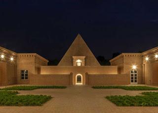 corte centrale e piramide sera