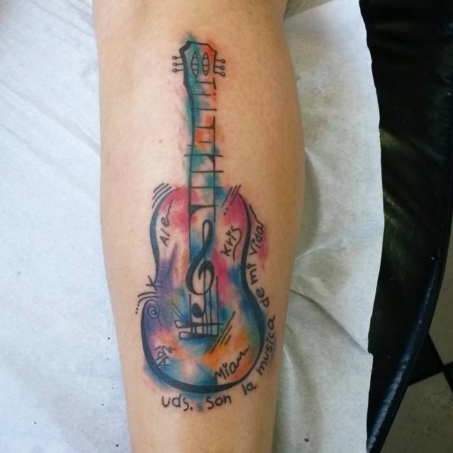tatuaje de acuarela de una guitarra