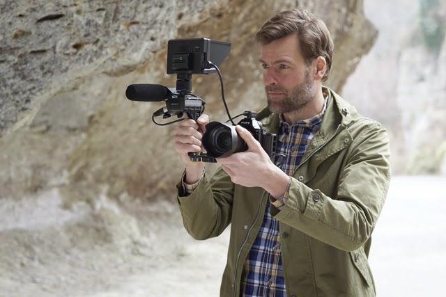 Fotografia della Sony A7s con microfono e monitor