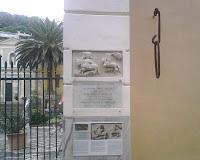L'anello della catena di Porto Pisano ancora visibile sulla facciata della chiesa di Santa Croce a Moneglia (GE) - Per gentile concessione: Franco Bampi (francobampi.it)