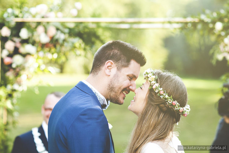 Polsko francuski ślub, Para Młoda, Ślub w ogrodzie, Śluby międzynarodowe, Polsko Francuskie wesele, Ślub Cywilny w plenerze, Ślub w stylu francuskim, Romantyczny ślub, Wesele w Pałacu Goetz, Blog o ślubach, Najpiękniejsze śluby w Polsce