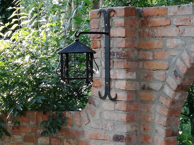 metalowa latarnia w ogrodzie