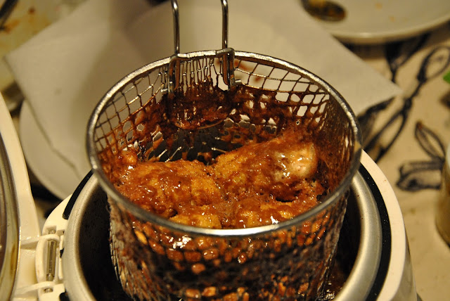 Frittierte Marsriegel frisch aus der Fritteuse