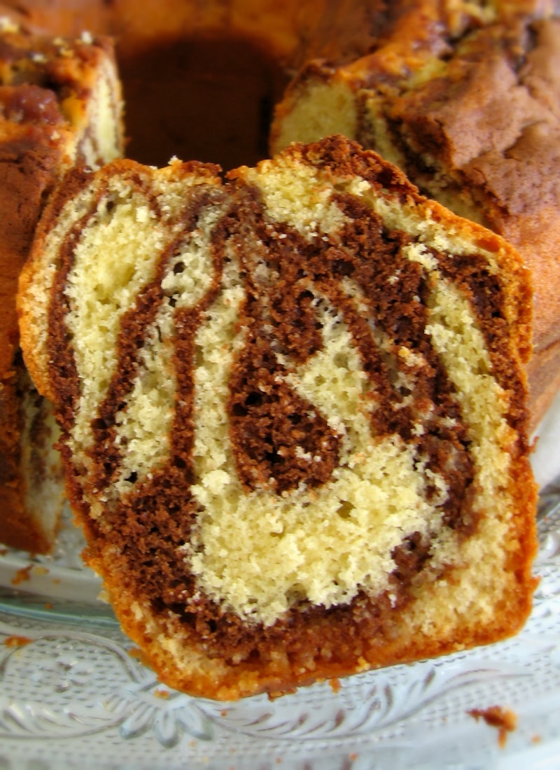 Fatia de bolo mármore da avó vista de perto / Grandma's marble cake slice close-up