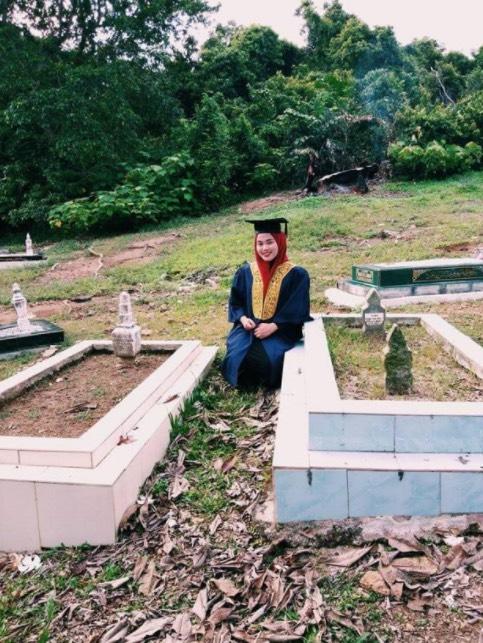 Kongsi Gambar Graduasi 'Bersama' Ibu Dan Ayah Di Kubur, Kisah Gadis Cekal Ini Buat Netizen Sebak