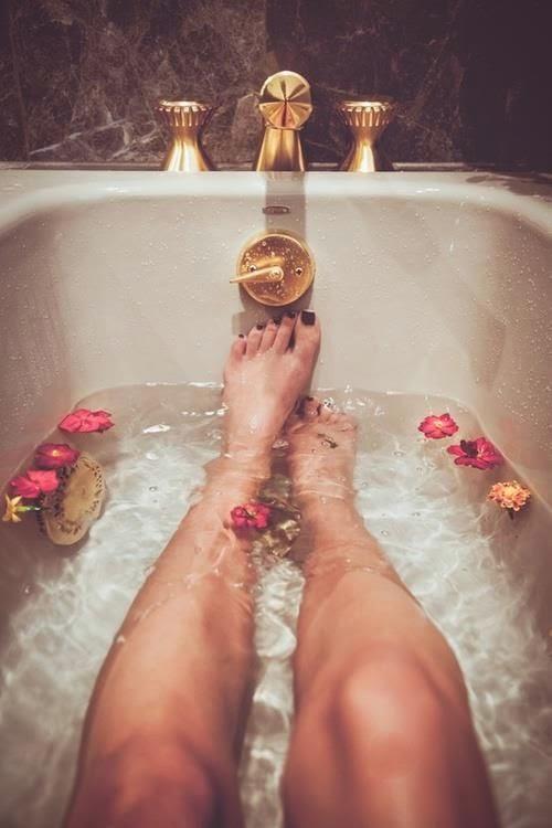 tina mostrando piernas de mujer sumergidas en agua