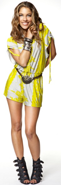Foto de Debi Nova con ropa juvenil