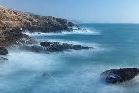 Foto-de-uma-costa-à-beira-do-mar