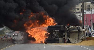 Camión se prende en llamas en la autopista Las Américas