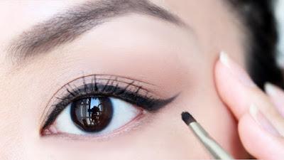 cara memakai eyeliner bagi pemula,cara memakai eyeliner untuk mata besar,video cara memakai eyeliner,cara memakai eyeliner pensil,cara memakai eyeliner untuk mata sipit,