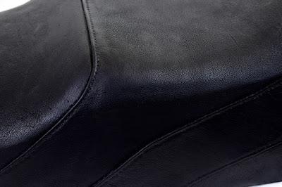 Dettaglio della seduta di una sella Yankee con copertura in vera pelle nera cucita a mano